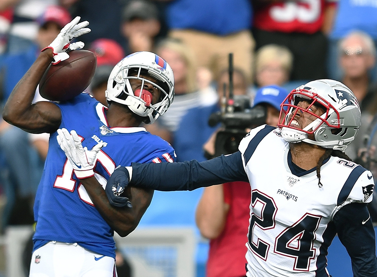 Bills WR John Brown makes a one handed catch against the Patriots. The Bills would later lose because of a last second interception.