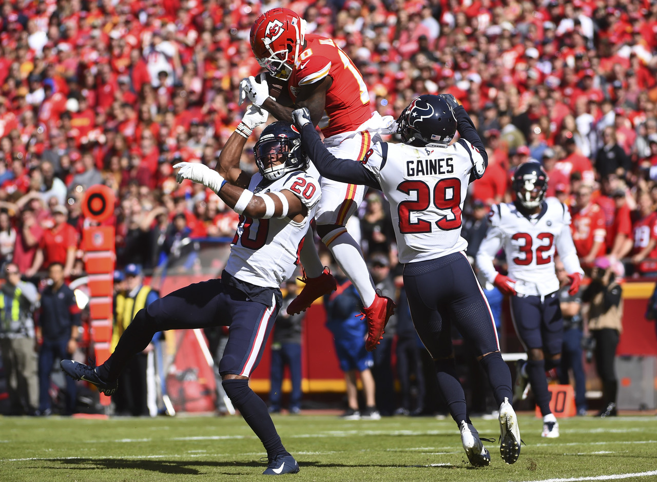 Chiefs WR Tyreek Hill making a catch in double coverage. The Chiefs would end up losing the game at home.
