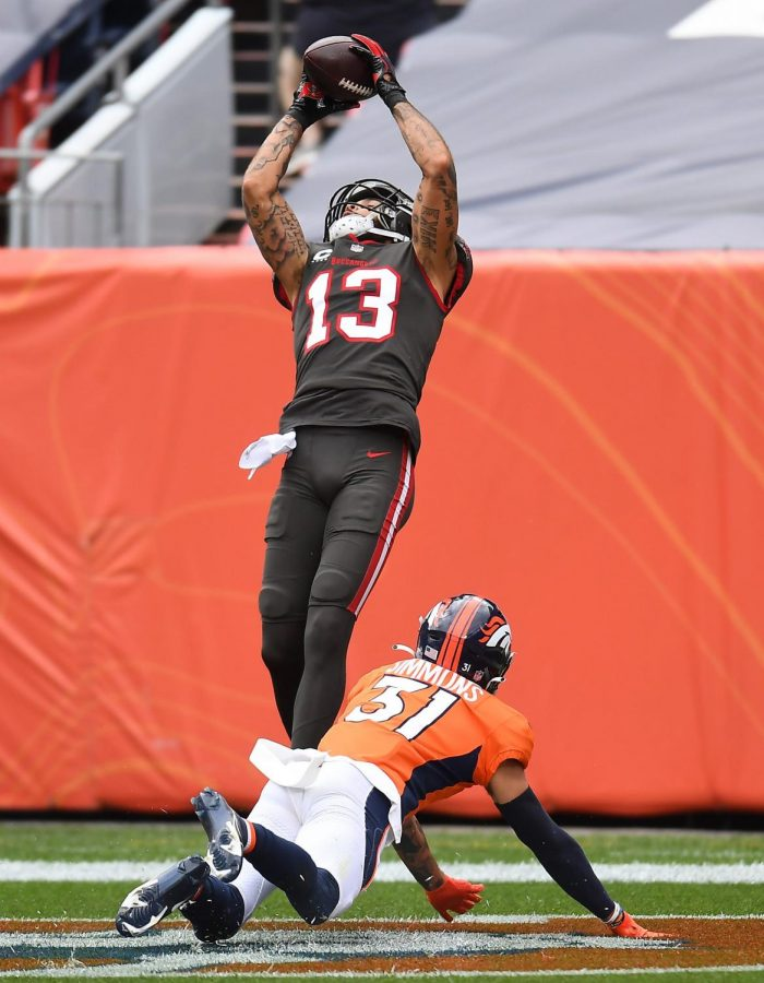 Buccaneers WR Mike Evans makes a leaping touchdown catch against the Broncos.